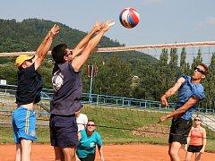 Tři antukové kurty na Sportovním ostrově Ludvíka Daňka ovládl v sobotu volejbalový turnaj O pohár předsedy ASK Blansko. Na dvaatřicátý ročník přijelo devět smíšených družstev. Vyhrály Boskovice.