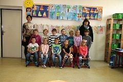 Žáci 1.B ze ZŠ Rájec-Jestřebí s asistentkou pedagoga Martinou Hrdinovou a paní učitelkou Dagmar Urbánkovou.