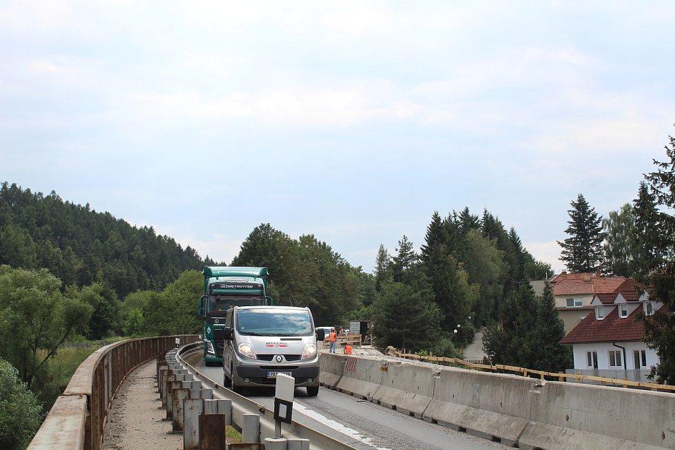 Opravovaný most na silnici I/43. Řidiči musí přes Černou Horu.