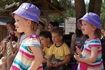 Ve westernovém městečku v Boskovicích se sešlo třiašedesát párů dvojčat.