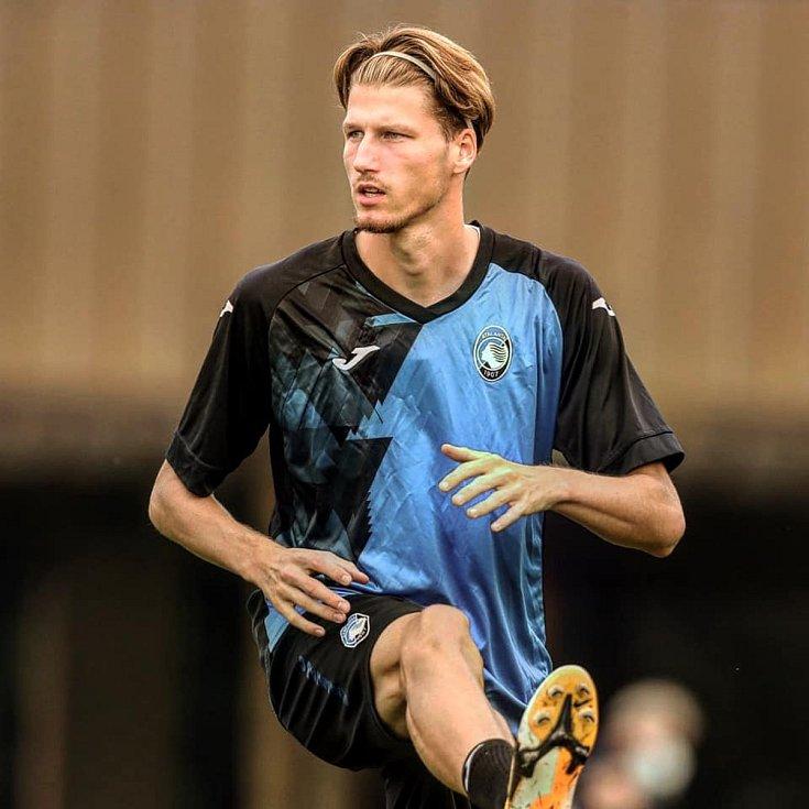 Fotbalista Lukáš Vorlický při rozcvičce před zápasem Atalanty Bergamo.