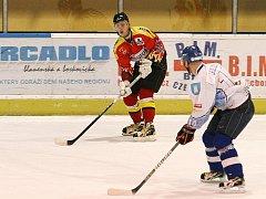 Hokejisté Dynamiters Blansko (v bílém) prohráli v krajské lize třetí zápas v řadě. Tentokrát podlehli doma až na nájezdy Uherskému Ostrohu 4:5.