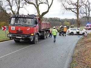 Mezi Jedovnicemi a Lažánkami se srazilo osobní auto s nákladním
