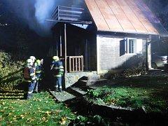 V Jedovnicích hořela chata. Škoda je nejméně 100 tisíc korun.