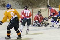 MEZI SKALAMI. Hokejisté Sloupu odehráli na svém zimním stadionu první zápas . Hosté z Blanska si ale odvezli výhru 5:2.