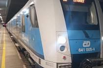 Vnitřek vagonu vlakové soupravy jedoucí mezi Brnem a Letovicemi počmáral třicetiletý muž.