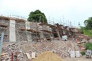 Zeď pod letovickým zámkem jistí kotvy v betonu.