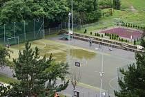 Na hřišti v adamovské ulici Petra Jilemnického vymění umělý povrch. Bude bezpečnější a šetrnější ke kloubům.