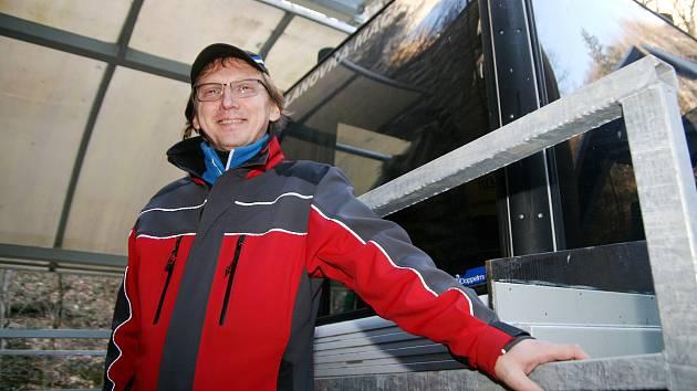 Radek Hejč z Vysočan pracuje dvaadvacet let na lanové dráze v Moravském krasu. Léta jí šéfuje.