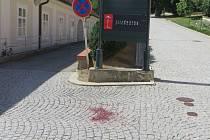 Neznámý útočník pořezal skleněnou lahví před boskovickou Jízdárnou muže a utekl. Pátrá po něm policie.