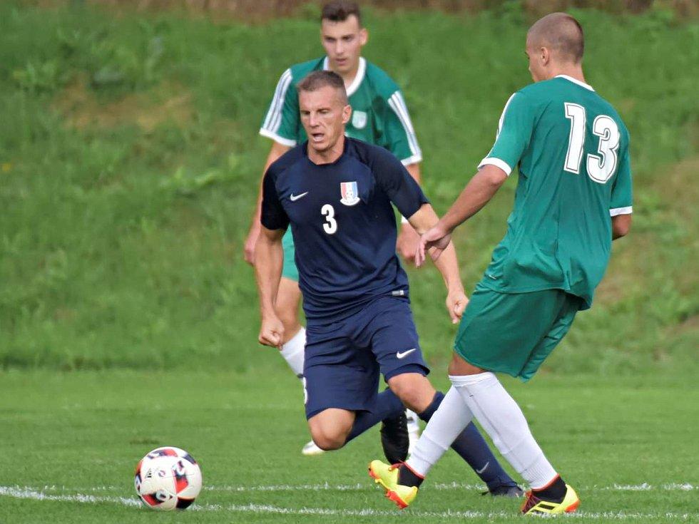 Nádech derby měl zápas 7. kola Moravskoslezské fotbalové divize D. Domácí FK Blansko (v modrém) v něm porazilo brněnskou Dostu Bystrc-Kníničky 3:1.