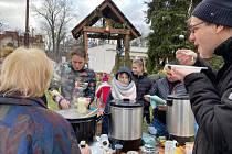 Ve Svitávce nalévali polévku. Výtěžek pomůže postiženému chlapci.