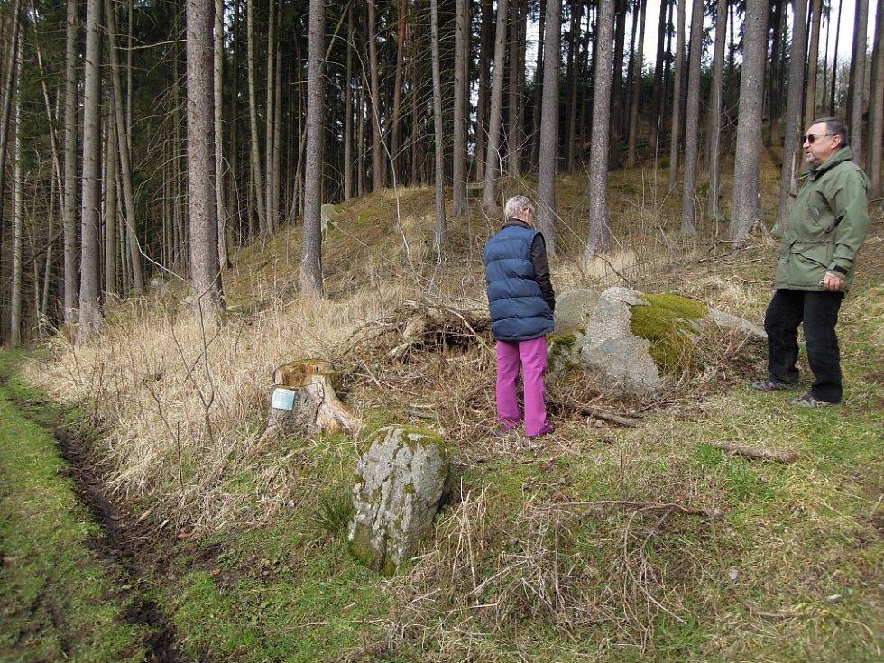 Nedaleko obce Klementice na Třebíčsku stojí dva zajímavé kameny. Jeden připomíná dávnou tragédii. Druhý pak mnichovskou zradu.