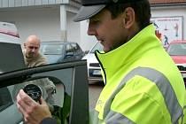 Policisté při preventivní akci měřili propustnost skel u aut. V Blansku a Boskovicích si nechalo změřit skla na svých autech téměř čtyřicet řidičů.