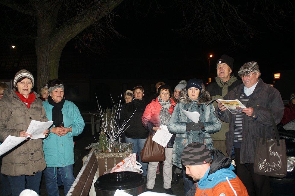 V Doubravici nad Svitavou zpívali koledy na náměstí u vánočního stromu.