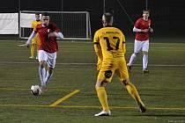 Sedmé vítězství v řadě zaznamenali fotbalisté Boskovic (červené dresy) v krajském přeboru, když  porazili Svratku Brno vysoko 7:1. Foto: Luboš Slezák