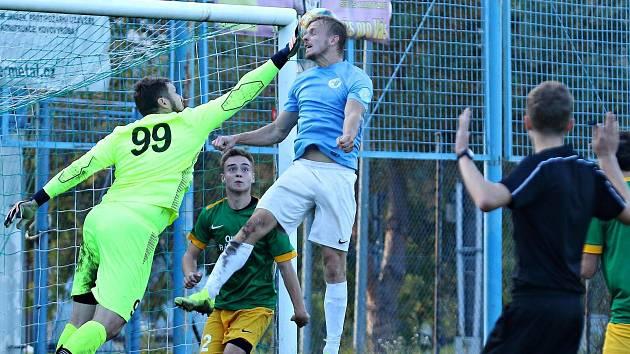 Okresní derby krajského přeboru fotbalistů zcela ovládli hosté v Boskovic (modré dresy). V Ráječku vyhráli vysoko 5:0.