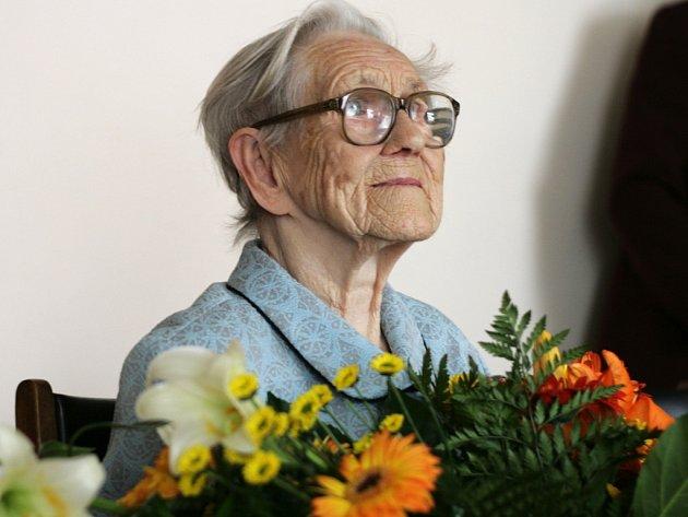 Své životní jubileum si užila Marie Šebelová. Sto let oslavila s třemi dcerami a dalšími členy rodiny.