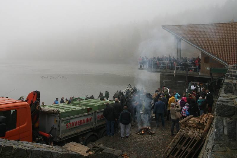 Výlov Olšovce přilákal davy lidí. Labužníci stáli fronty na candáty.