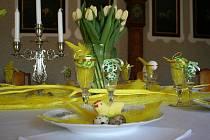 V zámku v Lysicích připravují výzdobu pro akci Žluté jaro na zámku, která potrvá od soboty dva týdny.