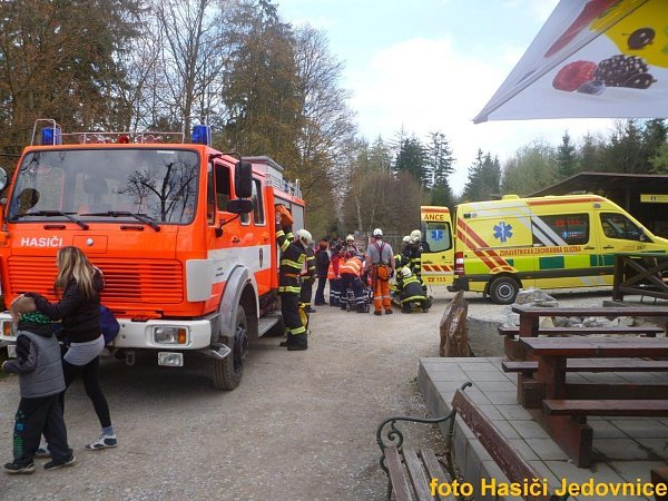 Vysíleného turistu zachraňovali hasiči.