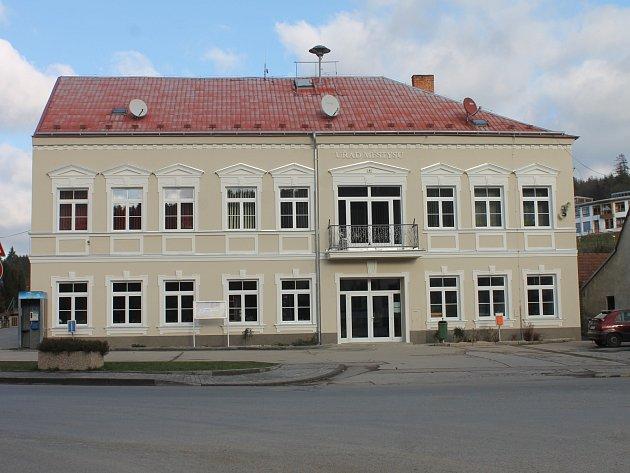 Zrekonstruovaná budova úřadu ve Křtinách.