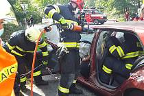 Čelní střet dvou osobních aut zablokoval v sobotu provoz na silnici I/19 v katastru obce Louka.