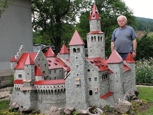 Miloš Buřt ze Svaté Kařiny si na zahrádce před domem postavil betonový model hradu Bouzov.
