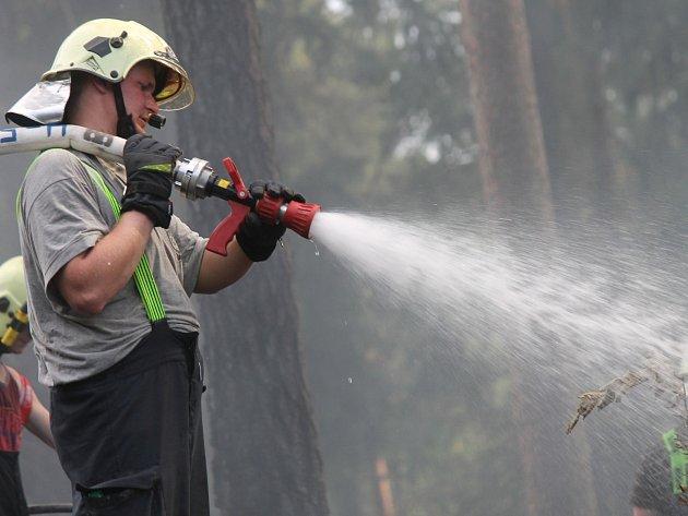 Kvůli požáru lesa mezi Obůrkou a Češkovicemi museli hasiči letos poprvé na Blanensku vyhlásit třetí stupeň požárního poplachu.