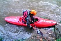 Vydatné deště zvedly hladinu řeky Svitavy. Zvýšený průtok v posledních dnech je letos na řece, která protéká Blanenskem, neobvyklý. A přilákal vodáky. Na snímcích vodáci v Adamově u vlakového nádraží.