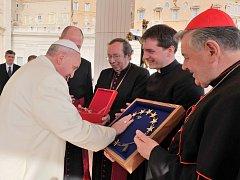 Papež František korunce požehnal v únoru.
