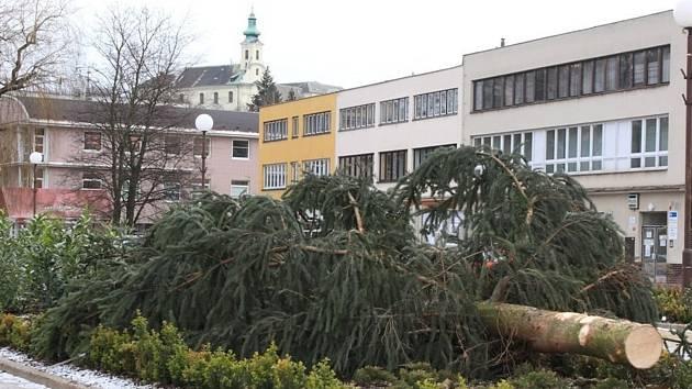 Na Masarykově náměstí v Letovicích silný vítr shodil vánoční strom i malé smrčky, které nazdobily děti.