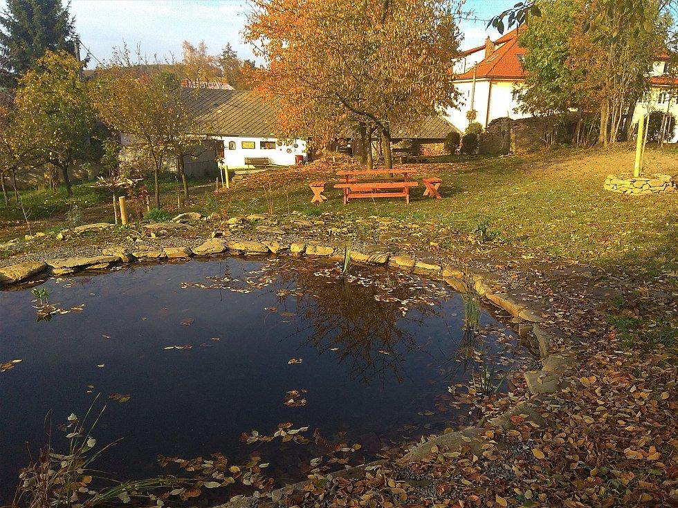 Jabloňová zahrada za kořeneckým muzeem.