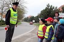 Policisté při akci Zebra se za tebe neohlédne vysvětlovali dětem z mateřských škol v Boskovicích i Knínicích, jak se chovat na přechodu pro chodce.
