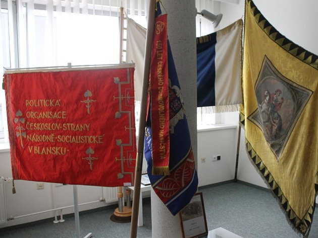 Výstava praporů je v blanenské knihovně k vidění do devětadvacátého srpna.