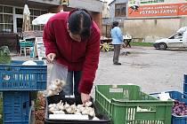 Lidové trhy v Knínicích začaly v září. Lidé mají o produkty z regionu zájem.