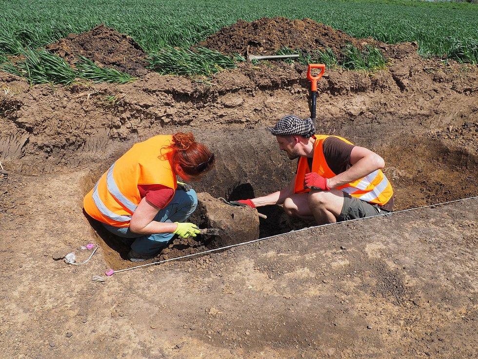 Pole u Lysic a Bořitova vydala další nálezy z neolitu. Zásobní jámu a kus poháru.