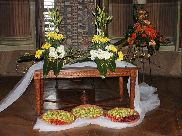 Komnaty zámku v Rájci-Jestřebí zaplnila květinová aranžmá s jiřinami, dalšími podzimními květy a také plody.