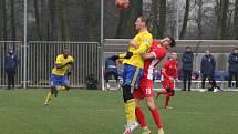 Blanenští fotbalisté (v červeném) si během zimní přípravy zahráli i s prvoligovým Zlínem.
