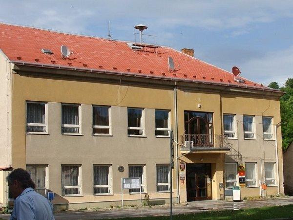 Budova křtinského úřadu před rekonstrukcí.