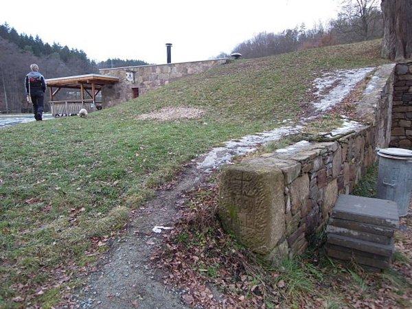 Při jedné zvýprav zaujal turistu zRáječka zajímavý kámen nedaleko opraveného mlýna vBýkovicích. Fotografie zaslal členům společnosti, kteří se zabývají historií kamenných křížů.