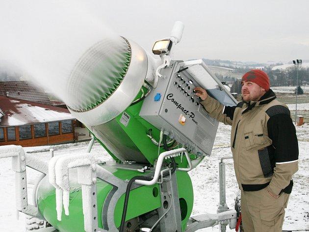 Zasněžování ve skiareálu v Olešnici.