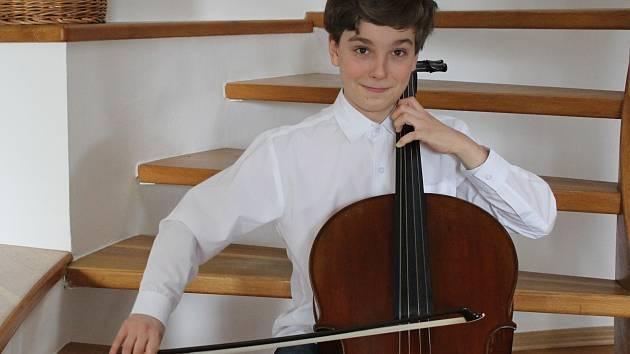 Chlapec začal hrát na violoncello v pěti letech.