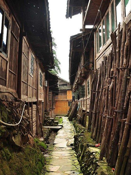 uvnitř vesnice etnika Mien