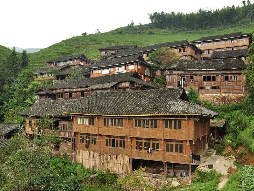 tradiční vesnice etnika Mien uprostřed rýžových polí