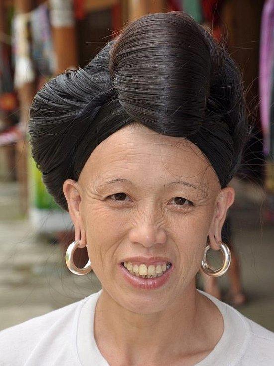 žena etnika Mien s čepcem z dlouhých vlasů