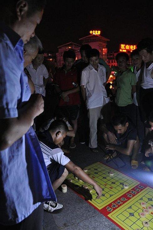 společenské hry jsou v Číne velmi populární a těší se na ulici velkému zájmu kolemjdoucích