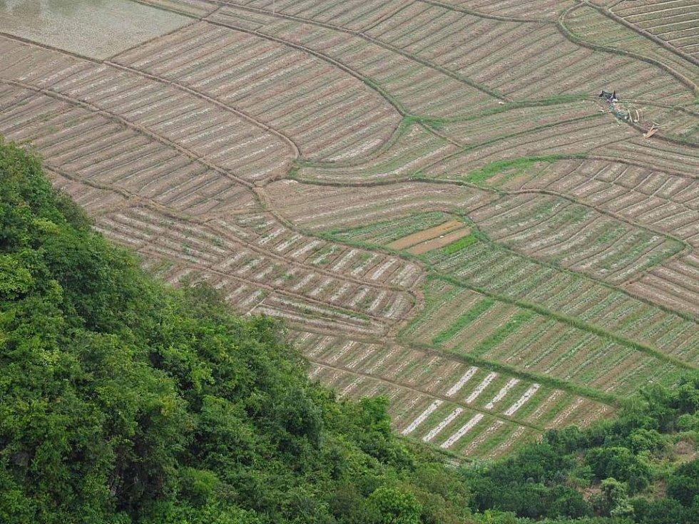 výhled na krajinu v okolí městečka Yangshuo z Měsíčního kopce
