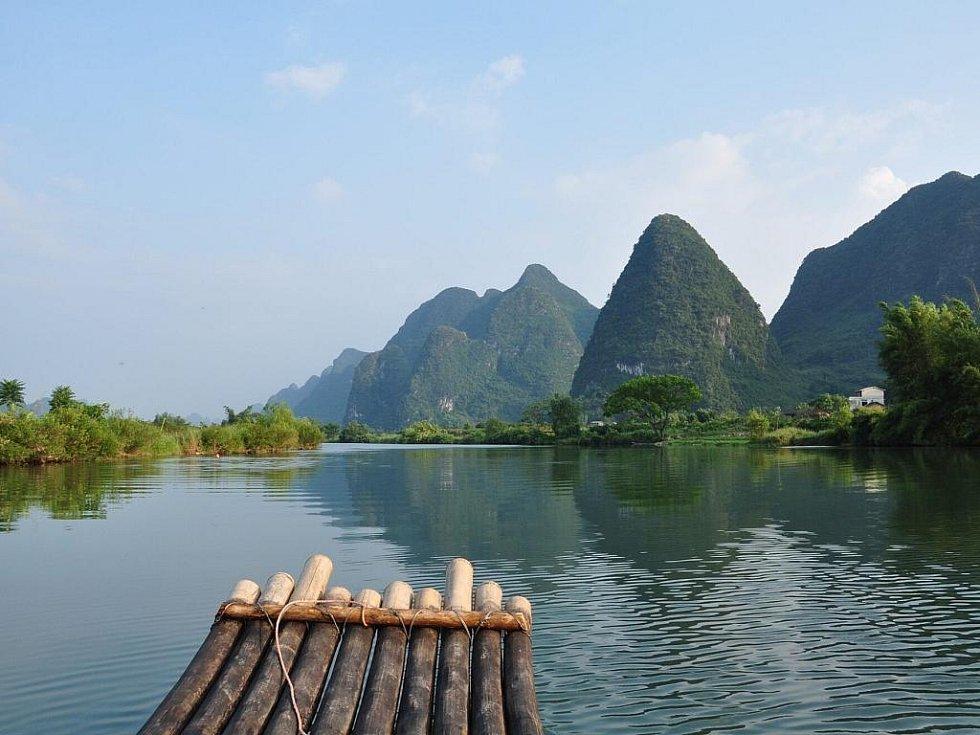 cesta po řece na bambusovém voru