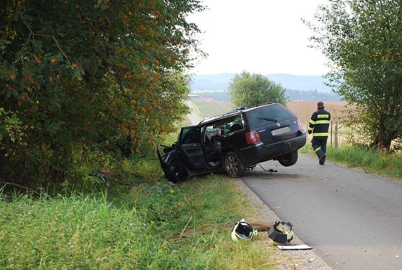 Nehoda u Olešnice na Blanensku si vyžádala dva mrtvé. Volkswagen narazil do stromu.